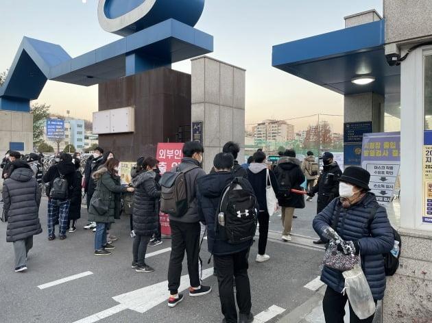 3일 오전 서울 서초구 서울고 앞에서 수험생들이 시험장에 들어가고 있다.  양길성 기자