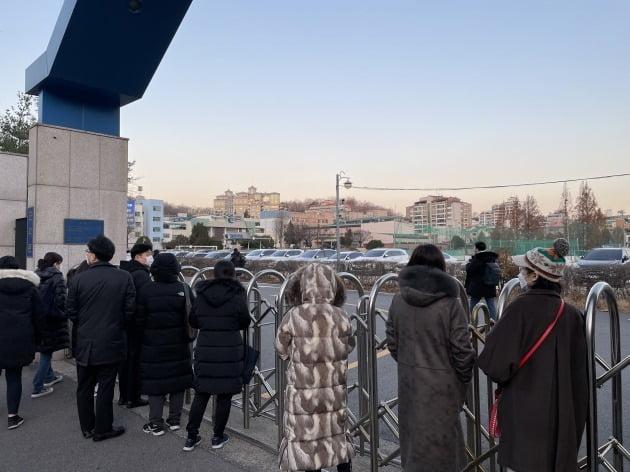 3일 오전 서울 서초구 서울고 앞에서 학부모들이 수험생을 배웅하고 있다.  양길성 기자