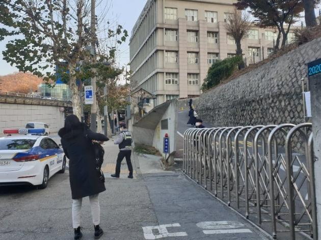3일 오전 8시 10분께 서울 서대문구 이대부고에서 한 수험생이 경찰차에서 내려 급하게 시험장으로 향하고 있다.  김남영 기자