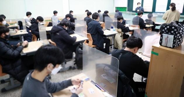 2021학년도 대학수학능력시험이 치러진 3일 오전 전북대 사범대 부설고등학교에서 수험생들이 시험 설명을 듣고 있다. 2020.12.3 [전북교육청 제공]