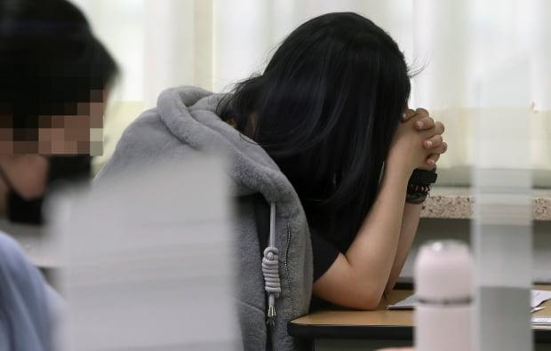 2021학년도 대학수학능력시험 당일인 3일 오전 서울 서초구 반포고등학교에 마련된 수능 고사장에서 수험생이 시험 시작을 기다리고 있다. 사진=연합뉴스