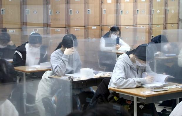 2021학년도 대학수학능력시험이 실시된 3일 오전 대전교육청 제27지구 제13시험장이 마련된 괴정고등학교에서 수험생들이 시험 시작을 기다리고 있다. 사진=뉴스1
