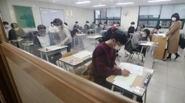 2021학년도 대학수학능력시험이 치러진 3일 오전 서울 종로구 경복고등학교에 고사장에서 수험생들이 시험지를 받고 답안지에 마킹하고 있다. 사진=뉴스1