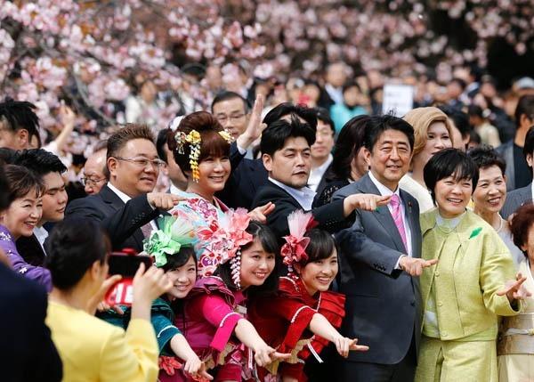 아베 신조 전 일본 총리가 2017년 4월 도쿄의 유원지 신주쿠교엔에서 열린 '벚꽃을 보는 모임'에 참석해 지역구 유권자, 연예인들과 함께 기념촬영을 하고 있다. [사진=EPA 연합뉴스]