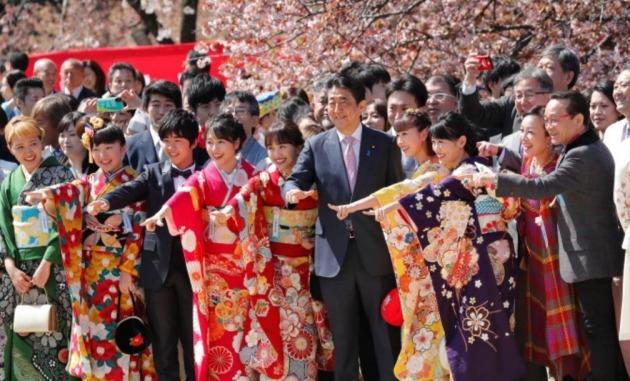 벚꽃을 보는 모임에 참석해 즐거워하는 아베 신조 전 총리의 모습 [사진=AP 연합뉴스]