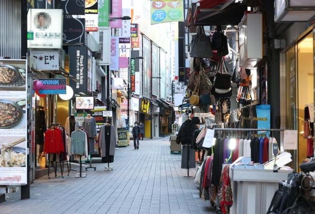 서정협 서울시장 권한대행은 4일 오후 온라인 긴급브리핑을 열고 오는 5일부터 오후 9시 이후 서울 시내 상점·독서실·마트 등은 문을 닫아야 한다고 발표했다. 사진은 이날 서울 명동 상점가 모습. 사진=연합뉴스