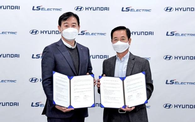 김세훈 현대차 연료전지사업부장(오른쪽), 오재석 LS일렉트릭 글로벌사업본부장이 MOU 체결 직후 기념촬영을 하고 있다. 사진=현대차