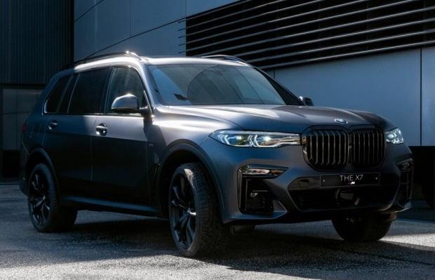 BMW 코리아가 25주년 기념 한정판으로 선보이는 뉴 X7 M50i 다크 섀도우 에디션. 사진=BMW 코리아