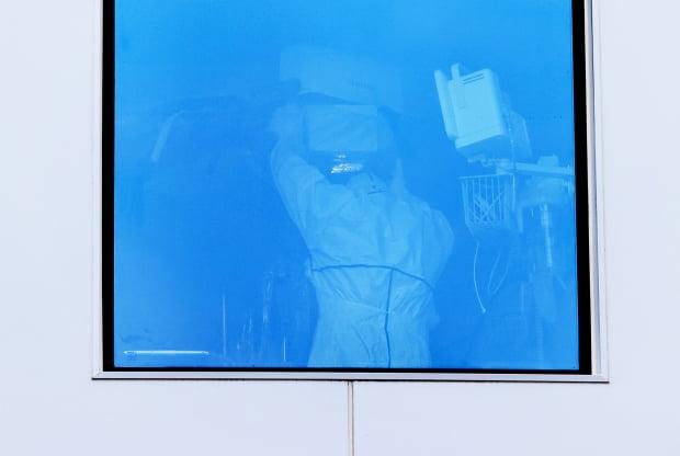 10일 오전 중구 국립중앙의료원 중앙감염병병원 음압격리병동에서 의료진이 진료를 하고 있다. 사진=연합뉴스