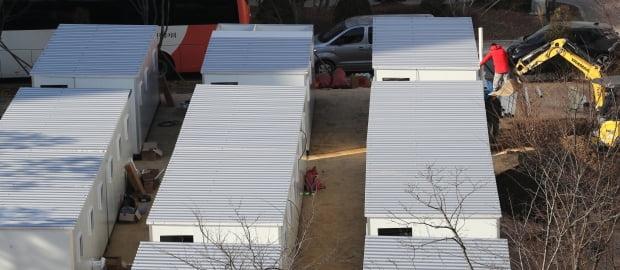 9일 서울 중랑구 서울의료원에서 코로나19 확산으로 인한 병상 부족을 막기 위한 컨테이너 이동병상 설치가 계속되고 있다. 사진=연합뉴스