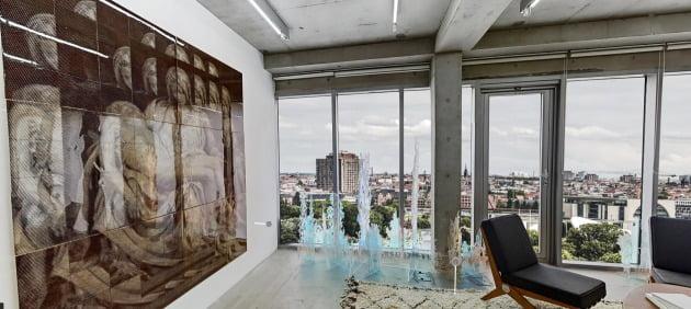 주독일 한국대사관을 배경으로 최기창 작가의 <피에타> 등 국내 대표 미술작품들이 전시되어 있는 가상공간 전시회 모습.  꿈의 대화 웹사이트 화면 캡쳐.