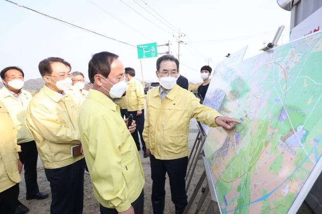 이성희 농협중앙회장(오른쪽 첫번째)이 지난 10월27일 아산지역을 방문해 AI방역 상황판을 살피고 있다. 농협중앙회 제공.