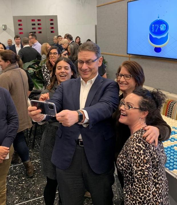 앨버트 불라 CEO(가운데)가 화이자 170주년 기념식에서 사진을 찍고 있다. /사진=트위터 캡처