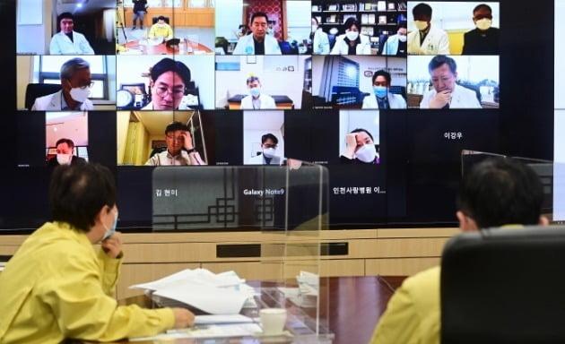 14일 인천시 방역기관 책임자들이 코로나19 대응을 위해 지역 의료기관 관계자들과 비대면 온라인 간담회를 하고 있다. 인천시 제공