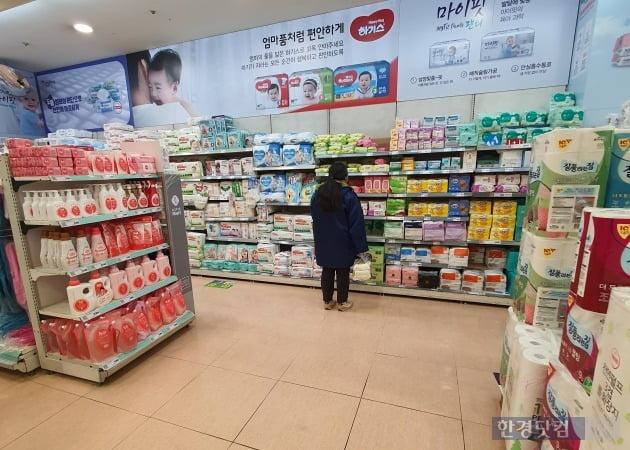 지난 15일 서울시 중구의 한 마트에서 방문객이 아기용품을 보고 있다./사진=이미경 기자