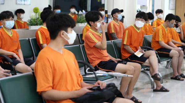 병역판정검사(징병신체검사)가 실시된 지난 8월 대전 중구 대전·충남지방병무청에서 입영대상자들이 신체검사를 받기 위해 기다리고 있다. /사진=연합뉴스