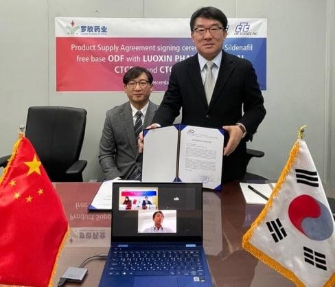 (사진 왼쪽부터)권도우, 전홍열 씨티씨사이언스 대표./사진 제공=씨티씨바이오