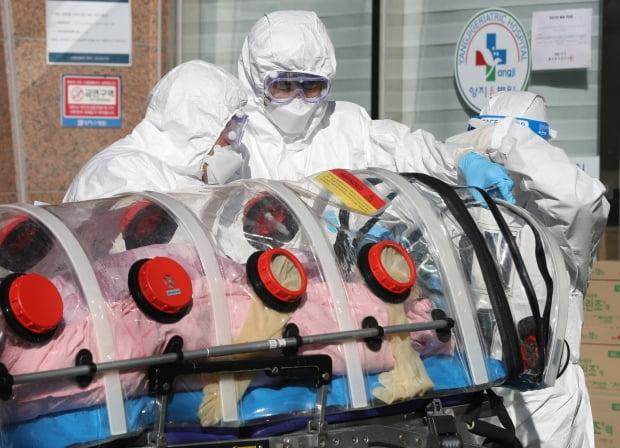 울산시 남구 양지요양병원 앞에서 의료진과 119구급대원들이 신종 코로나바이러스 감염증(코로나19) 확진 환자를 구급차로 옮기고 있다. 사진=연합뉴스