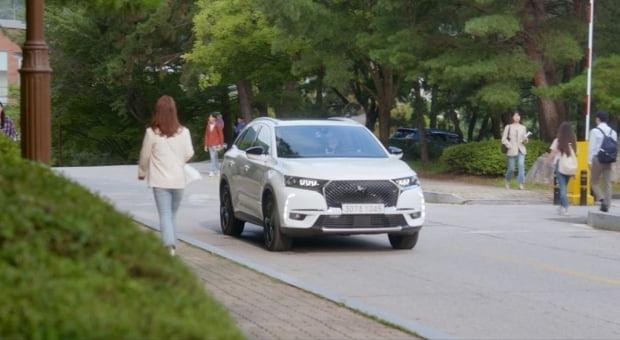 KBS 2TV 드라마 '바람피면 죽는다'에 강여주(조여정 분)의 차로 등장한 DS 7 크로스백. 사진=DS 오토모빌