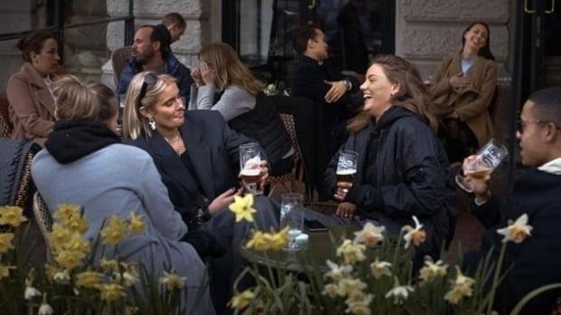 집단면역을 채택한 스웨덴 스톡홀롬 시내의 한 술집에서 최근 시민들이 이야기를 나누고 있다. 사진=AP 연합뉴스