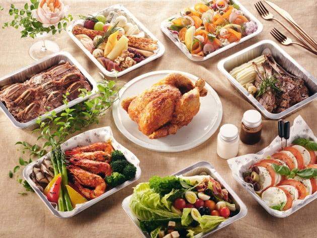 서울 삼성동 그랜드 인터컨티넨탈 서울 파르나스 그랜드 키친이 오는 21일부터 선보이는 '홈다이닝 투고'는 8가지 인기 뷔페 메뉴를 한 세트로 구성한 테이크아웃 상품이다.