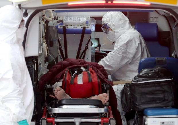 서울 중랑구 서울의료원에서 의료진들이 코로나19 확진자를 응급실로 이송시키고 있다. 사진=뉴스1