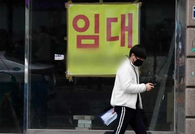 지난 22일 오후 서울 종로구 종각역 인근 거리 건물에 붙은 임대 문의. 뉴스1