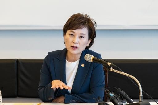 """국토부 떠나는 김현미 장관 """"집 걱정 덜어드리지 못해 송구"""""""