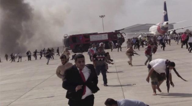 30일(현지시간) 예멘 남부 아덴의 공항에서 큰 폭발이 일어난 직후 사람들이 달아나고 있다. 사진=AP연합뉴스