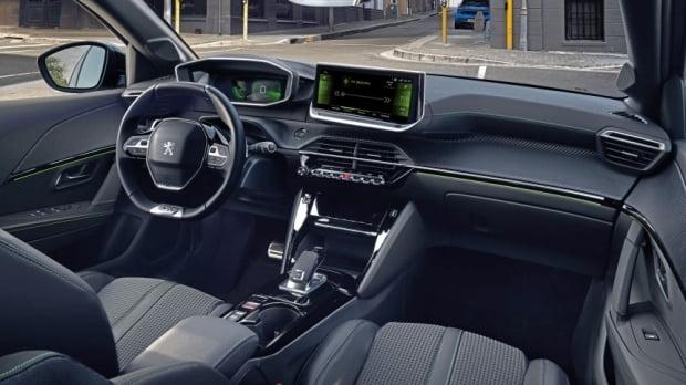 10인치 메인 디스플레이가 탑재된 푸조 e-208 GT라인 실내 모습. 국내 차량은 메인 디스플레이가 8인치로 작아진다. 사진=PSA