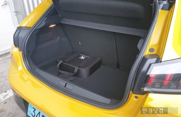푸조 e-208 트렁크 용량은 311L로, 차급 대비 여유로운 편이다. 뒷좌석을 접으면 용량을 늘릴 수 있지만, 풀 플랫으로 접히진 않는다. 사진=오세성 한경닷컴 기자
