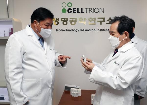 셀트리온 서정진 회장, 정세균 총리에게 코로나 19 항체 치료제 설명 [사진=연합뉴스]