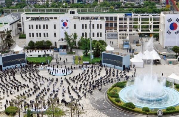 지난 5월 18일 광주 동구 5.18민주광장에서 열린 제40주년 5.18민주화운동 기념식에서 '내 정은 청산이오' 헌정 공연이 진행되고 있다./사진=청와대사진기자단.