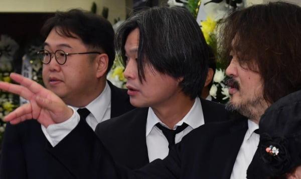 지난해 이희호 여사 빈소. 김용민, 주진우, 김어준. 사진=최혁 기자