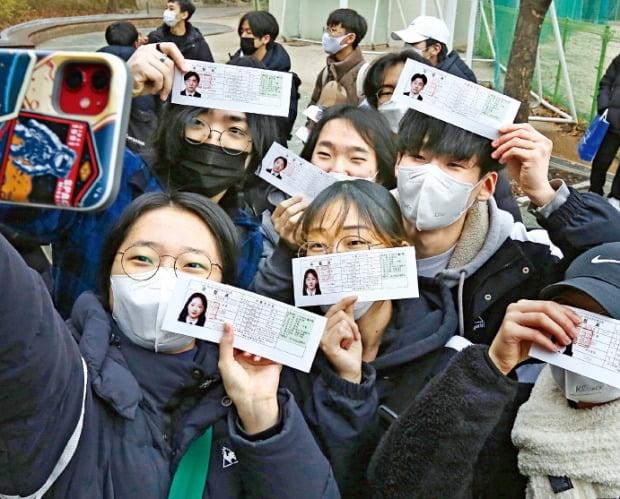 < 시험 후에도 밝게 웃길 > 2021학년도 대학수학능력시험 예비소집일인 2일 서울 청파동 선린인터넷고에서 학생들이 수험표를 들고 기념촬영하고 있다.  /허문찬 기자 sweat@hankyung.com