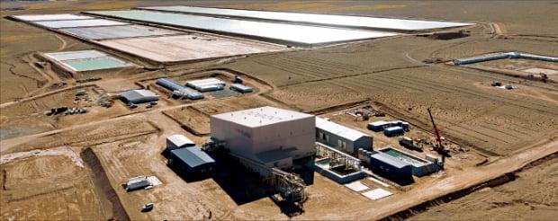 포스코는 2018년 리튬 1350만t이 매장된 아르헨티나 '옴브레 무에르토' 소금호수 개발권을 확보했다. 아르헨티나에 건설 중인 리튬생산 공장과 리튬 염수저장시설 전경.  포스코  제공