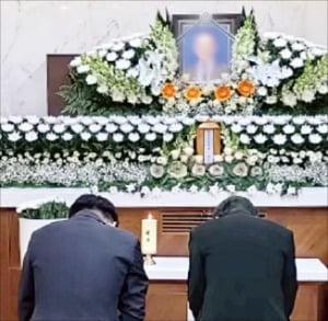 이낙연 더불어민주당 대표(오른쪽)가 4일 당대표 부실장 이모씨의 빈소가 마련된 서울성모병원 장례식장에서 조문하고 있다.  /민주당  제공