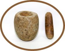 화강암으로 만들어지고 손바닥보다 작은 돌절구와 공이