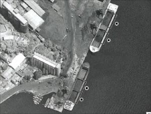 지난 6월 북한 남포항에서 북한산 석탄이 중국 국기를 단 선박에 선적되고 있는 모습.  월스트리트저널 제공