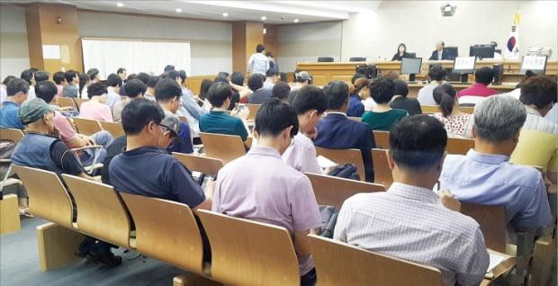 서울동부지방법원에서 경매 투자자들이 입찰 결과를 기다리고 있다.  한경DB
