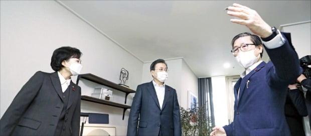 문재인 대통령이 11일 김현미 국토교통부 장관(왼쪽)과 함께 경기 동탄 공공임대주택단지를 방문해 변창흠 LH 사장(국토부 장관 후보자)으로부터 설명을 듣고 있다.  /화성=허문찬  기자  sweat@hankyung.com