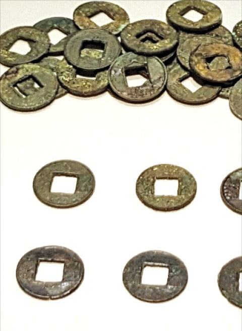 제주도 산지항에서 출토된 중국계 화폐들.  제주국립박물관