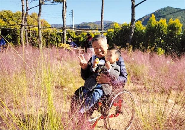 현대자동차그룹은 사랑의열매 사회복지공동모금회, 사단법인 그린라이트와 함께 2018년부터 '전동화키트 셰어링 휠셰어' 사업을 하고 있다. 수동휠체어에 부착하는 간이 장치인 전동화키트를 무료로 대여해주는 사업이다. 휠셰어 사업을 통해 키트를 빌린 김영수 씨가 가족들과 춘천 여행을 즐기고 있다.  사랑의열매 제공