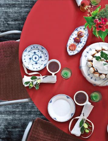 로얄코펜하겐 블루 플레인 식기로 차린 크리스마스 테이블.