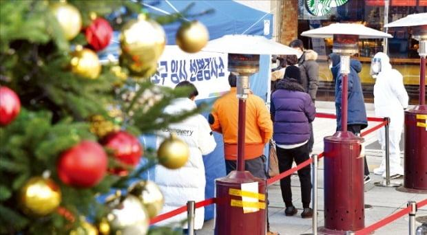 16일 서울 지하철 2호선 강남역 인근에 마련된 임시선별검사소에서 시민들이 코로나19 검사를 받기 위해 줄을 서 있다.   /허문찬 기자 sweat@hankyung.com