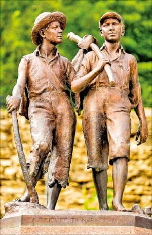 미주리 주 해니벌 마을의 '톰 소여와 허클베리 핀 동상'.