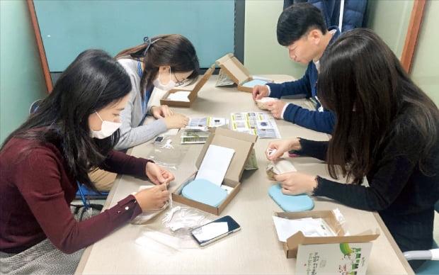경기주택도시공사(GH) 임직원들이 마스크 등 감염 예방 물품 구매에 어려움을 겪는 취약계층을 위해 언택트 마스크 제작에 참여하고 있다.  GH 제공