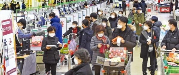 """정부가 사회적 거리두기 3단계 격상을 고심하는 가운데 20일 서울의 한 대형마트에서 소비자들이 물건을 구매하고 있다. 유통업계 관계자들은 """"전주 대비 판매량은 늘었지만 사재기 조짐은 보이지 않고 있다""""고 입을 모았다.  김범준  기자  bjk07@hankyung.com"""