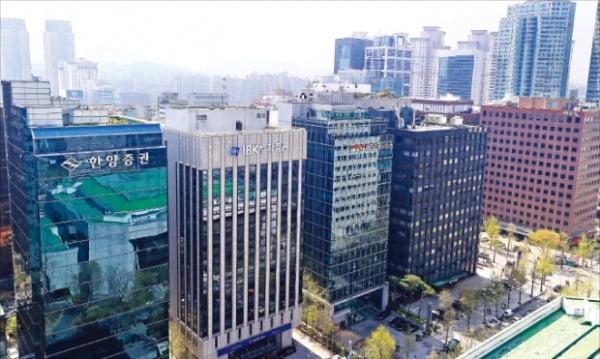 내년 표준지 공시지가가 급등하면서 보유세 부담이 커질 것으로 예상된다. 내년 표준지 공시지가가 20%가량 뛰는 서울 영등포구 여의도업무지구.  한경DB