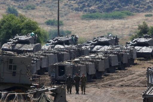2018년 5월 시리아와 이스라엘간 군사 긴장 상태 당시 골란고원에서 이스라엘 군인들이 장갑차량 주변을 거닐고 있다